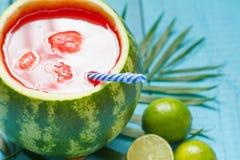 Εξωτικός πρόσφατα συμπιεσμένος χυμός με το καρπούζι και τον ασβέστη στοκ φωτογραφία με δικαίωμα ελεύθερης χρήσης