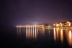 Εξωτικός τροπικός παράδεισος πέρα από τη νυχτερινή μακροχρόνια έκθεση άποψης νερού Στοκ Φωτογραφίες