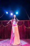Εξωτικός χορευτής κοιλιών που στέκεται στη σκηνή με το φίδι στοκ εικόνα με δικαίωμα ελεύθερης χρήσης