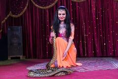 Εξωτικός χορευτής στη σκηνή με το μεγάλο φίδι στοκ φωτογραφία με δικαίωμα ελεύθερης χρήσης