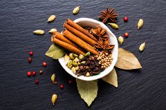 Εξωτικό βοτανικό μίγμα έννοιας τροφίμων της οργανικής κανέλας ST καρυκευμάτων Στοκ Φωτογραφίες