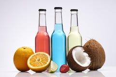 Εξωτικό κοκτέιλ αλκοόλης μπουκαλιών με τους καρπούς Στοκ φωτογραφία με δικαίωμα ελεύθερης χρήσης