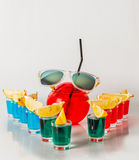 Εξωτικό ποτό σε ένα σφαίρα-διαμορφωμένο γυαλί, ένδεκα ποτά shotglas Στοκ Εικόνα