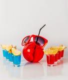 Εξωτικό ποτό σε ένα σφαίρα-διαμορφωμένο γυαλί, οκτώ ποτά shotglass Στοκ φωτογραφία με δικαίωμα ελεύθερης χρήσης