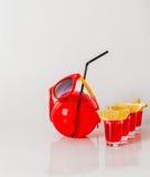 Εξωτικό ποτό σε ένα σφαίρα-διαμορφωμένο γυαλί, τέσσερα ποτά shotglass, Στοκ φωτογραφίες με δικαίωμα ελεύθερης χρήσης