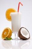 Εξωτικό ποτό Pina Colada με τους καρπούς στο λευκό Στοκ Φωτογραφίες