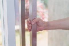 εξόγκωμα πορτών εκμετάλλευσης χεριών, ανοίγοντας πόρτα, εκλεκτική εστίαση στοκ φωτογραφία με δικαίωμα ελεύθερης χρήσης