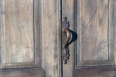 Εξόγκωμα πορτών στην αρχαία ξύλινη πόρτα στο Tbilisi, Γεωργία στοκ φωτογραφίες με δικαίωμα ελεύθερης χρήσης