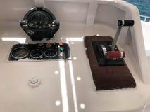 Εξόγκωμα ρύθμισης ταχύτητας, αέριο-αντίστροφα σύστημα ελέγχου και ναυτικό, μαύρη πυξίδα σκαφών ` s στο σκάφος, βάρκα, σκάφος της  στοκ εικόνες