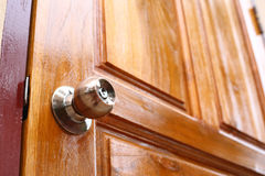 Εξόγκωμα στην ξύλινη πόρτα Στοκ φωτογραφία με δικαίωμα ελεύθερης χρήσης