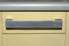 εξόγκωμα συρταριών κουζινών κάτω από το ριγωτό worktop επίπεδη λαβή αψίδων Στοκ Εικόνες