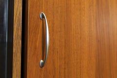 Εξόγκωμα τραβήγματος στο ύφος αψίδων στην πόρτα γραφείων παγωμένος ασημένιος μεταλλικός Στοκ φωτογραφίες με δικαίωμα ελεύθερης χρήσης