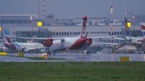Εξόρμηση 8 βομβαρδιστικών των αερογραμμών του Βερολίνου αέρα που μετακινούνται με ταξί στο πρωί απόθεμα βίντεο