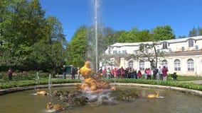 Εξόρμηση παιδιών στην πηγή ` Triton ` Πάρκο Peterhof, Άγιος Πετρούπολη απόθεμα βίντεο