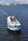 Εξόρμηση στον ποταμό άνοιξη Πετρούπολη Άγιος Στοκ φωτογραφία με δικαίωμα ελεύθερης χρήσης