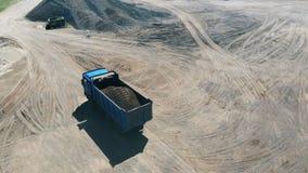 Εξόρυξη της περιοχής με ένα φορτηγό που επανεντοπίζει τους ορυκτούς πόρους φιλμ μικρού μήκους