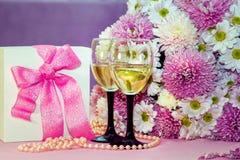 Εορτασμός ή συγχαρητήρια κρασί αντικειμένων †«, λουλούδια και κιβώτιο δώρων Στοκ εικόνα με δικαίωμα ελεύθερης χρήσης