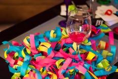 Εορτασμός γυαλιού και κομφετί κρασιού Στοκ Φωτογραφία