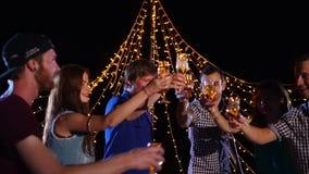 Εορτασμός διακοπών στην παραλία Φίλοι που ψήνουν και που χορεύουν απόθεμα βίντεο