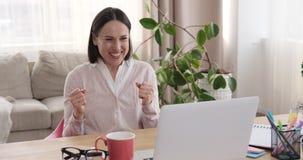 Εορτασμός επιχειρηματιών να λάβει τις καλές ειδήσεις on-line στο lap-top απόθεμα βίντεο