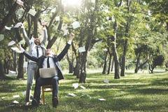 Εορτασμός επιχειρηματιών που πετά ρίχνοντας την έννοια φακέλων Στοκ φωτογραφία με δικαίωμα ελεύθερης χρήσης