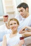 Εορτασμός ζεύγους με το κρασί Στοκ Φωτογραφία