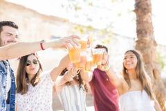 Εορτασμός με όλους τους στενούς φίλους στοκ φωτογραφία με δικαίωμα ελεύθερης χρήσης