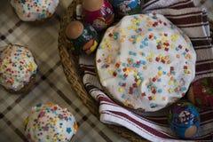 Εορτασμός Πάσχας με τα βαμμένα αυγά και Paska σπιτικού Στοκ Φωτογραφία