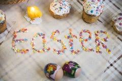 Εορτασμός Πάσχας με τα βαμμένα αυγά και Paska σπιτικού Στοκ Φωτογραφίες