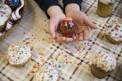 Εορτασμός Πάσχας με τα βαμμένα αυγά και Paska σπιτικού Στοκ φωτογραφίες με δικαίωμα ελεύθερης χρήσης