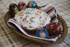 Εορτασμός Πάσχας με τα βαμμένα αυγά και Paska σπιτικού Στοκ Εικόνα