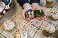 Εορτασμός Πάσχας με τα βαμμένα αυγά και Paska σπιτικού Στοκ εικόνα με δικαίωμα ελεύθερης χρήσης