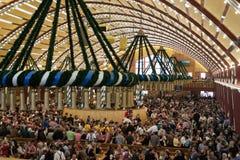 Εορτασμός στο Oktoberfest μέσα σε μια βαυαρική σκηνή Στοκ Εικόνες