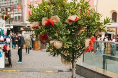 Εορτασμός της αγοράς κυκλοφορίας συγκομιδών φθινοπώρου στο τετράγωνο πόλεων με τις διακοσμήσεις Ένα διακοσμημένο δέντρο Στοκ φωτογραφίες με δικαίωμα ελεύθερης χρήσης