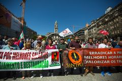 Εορτασμός της ημέρας Μαΐου στο κέντρο του Οπόρτο Γενική συνομοσπονδία των πορτογαλικών εργαζομένων, που συνδέεται με το κομμουνισ στοκ εικόνα