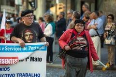 Εορτασμός της ημέρας Μαΐου στο κέντρο του Οπόρτο Γενική συνομοσπονδία των πορτογαλικών εργαζομένων, που συνδέεται με το κομμουνισ στοκ φωτογραφία