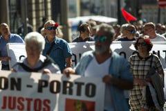 Εορτασμός της ημέρας Μαΐου στο κέντρο του Οπόρτο Γενική συνομοσπονδία των πορτογαλικών εργαζομένων, που συνδέεται με το κομμουνισ στοκ φωτογραφίες