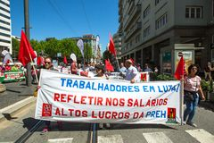 Εορτασμός της ημέρας Μαΐου στο κέντρο του Οπόρτο Γενική συνομοσπονδία των πορτογαλικών εργαζομένων στοκ φωτογραφία με δικαίωμα ελεύθερης χρήσης