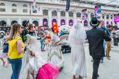 Εορτασμός της ημέρας των νεκρών Νέοι που μεταμφιέζονται ως σκελετοί στοκ φωτογραφία με δικαίωμα ελεύθερης χρήσης