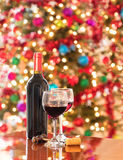 Εορτασμός της περιόδου διακοπών με το κόκκινο κρασί Στοκ Εικόνες