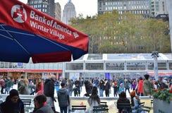 Εορταστικά γεγονότα Χριστουγέννων περιόδου χειμερινών διακοπών πατινάζ πάγου πόλεων της Νέας Υόρκης πάρκων του Bryant NYC στοκ εικόνες