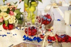 Εορταστικά γυαλιά γαμήλιων ντεκόρ για τα newlyweds στοκ φωτογραφία