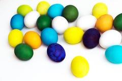 Εορταστικά ζωηρόχρωμα αυγά Πάσχας σε ένα άσπρο υπόβαθρο αυγά κίτρινα, μπλε, πράσινα και μπλε, πορτοκάλι Στοκ φωτογραφία με δικαίωμα ελεύθερης χρήσης