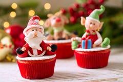 Εορταστικά διακοσμημένα Χριστούγεννα cupcakes Στοκ Φωτογραφίες