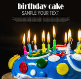 Εορταστικά κέικ και κεριά γενεθλίων Στοκ Φωτογραφία