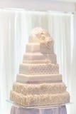 Εορταστικά κέικ στην επίδειξη σε μια δεξίωση γάμου Στοκ φωτογραφίες με δικαίωμα ελεύθερης χρήσης