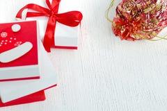 Εορταστικά κιβώτια του άσπρου και κόκκινου χρώματος, που διακοσμούνται με την κόκκινη κορδέλλα Στοκ εικόνα με δικαίωμα ελεύθερης χρήσης