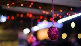Εορταστικά πολύχρωμα τρέμοντας φω'τα που λαμπιρίζουν στο νέο παιχνίδι διακοσμήσεων έτους απόθεμα βίντεο