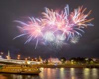 Εορταστικά πυροτεχνήματα πέρα από τη Μόσχα Κρεμλίνο Στοκ εικόνες με δικαίωμα ελεύθερης χρήσης