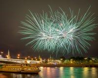 Εορταστικά πυροτεχνήματα πέρα από τη Μόσχα Κρεμλίνο Στοκ Εικόνες
